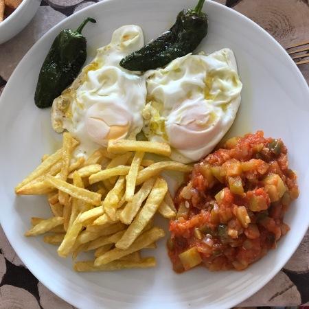 huevos fritos con papas